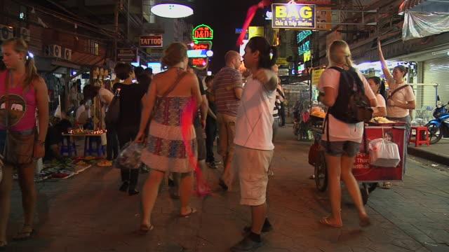 vídeos de stock, filmes e b-roll de khaosan road market bangkok thailand - cor de cabelo