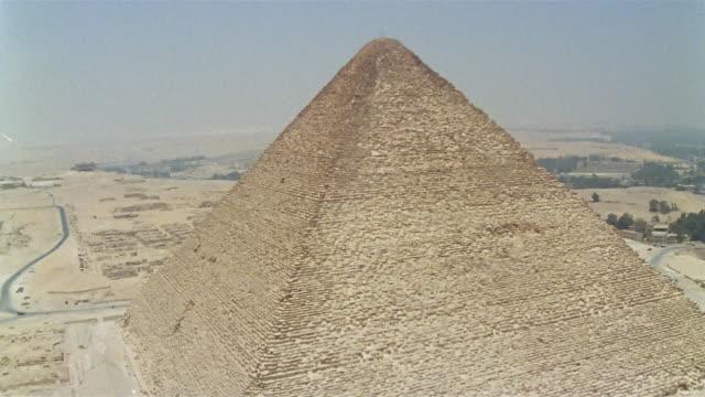 aerial ws kheops pyramid / giza, egypt - piramide struttura edile video stock e b–roll