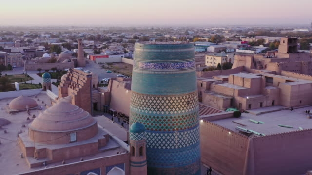 khiva kalta minor sunset uzbekistan 4k video drone flight - moschea video stock e b–roll