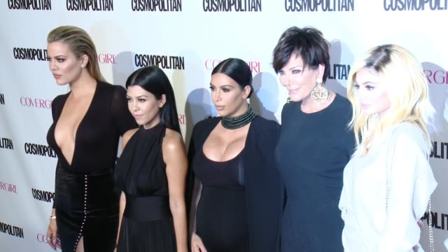 vidéos et rushes de khloe kardashian, kourtney kardashian, kim kardashian, kris jenner, kylie jenner at cosmopolitan magazine's 50th birthday celebration in los angeles,... - tapis rouge