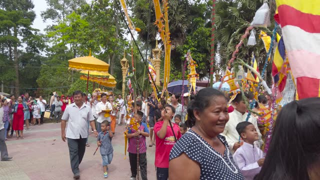 khmer offering of the kathina cloth in ok om bok (ooc om boc) festival - pagoda stock videos & royalty-free footage