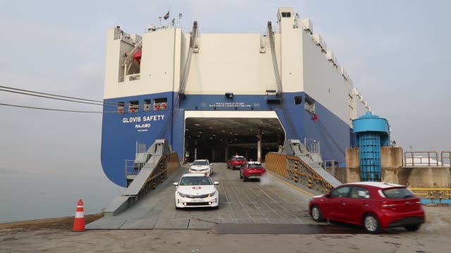 Kia Motors Corp vehicles bound for export are driven on to the Hyundai Glovis Co Glovis Safety rollon/rolloff vehicles carrier cargo ship at the port...