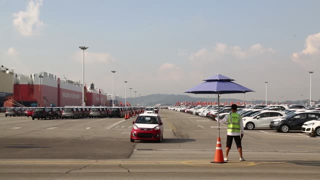 vídeos y material grabado en eventos de stock de kia motors corp vehicles bound for export drive past at the port of pyeongtaek in pyeongtaek south korea on monday sept 30 a worker directs kia... - desodorante