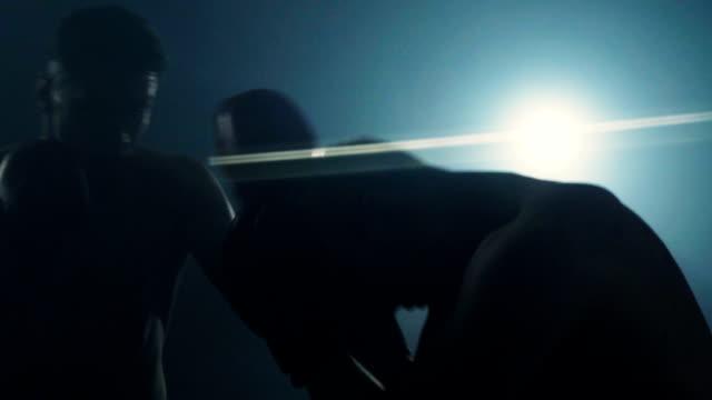 キック ボクサーの戦い - 不完全な美しさ点の映像素材/bロール