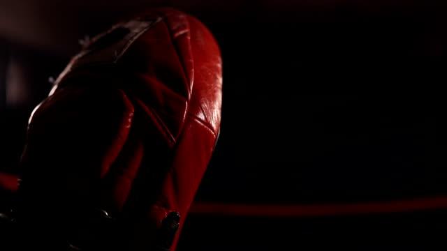 ジムでキックボクサーと練習キックボクシングコーチ - ボクシンググローブ点の映像素材/bロール