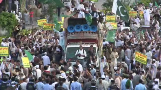 vídeos de stock, filmes e b-roll de 'kick out the french' and 'boycott french products' are written on signs held by protesters, as protests erupt in pakistan following the decision of... - sátira