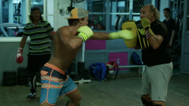 vidéos et rushes de kickboxer hits pads in slow motion - dom tom