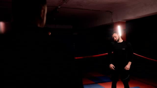 vídeos de stock, filmes e b-roll de kickboxers aquecimento no ringue antes do treinamento - posição de combate