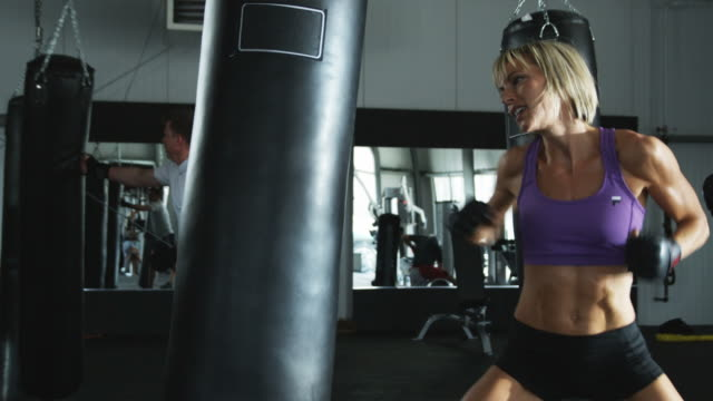 stockvideo's en b-roll-footage met kickboxing class at the gym - schoppen lichaamsbeweging