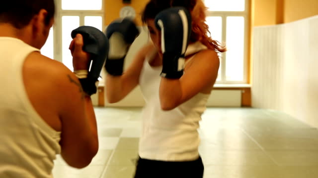 vídeos de stock, filmes e b-roll de garota de boxe tailandês - tatame tapetinho