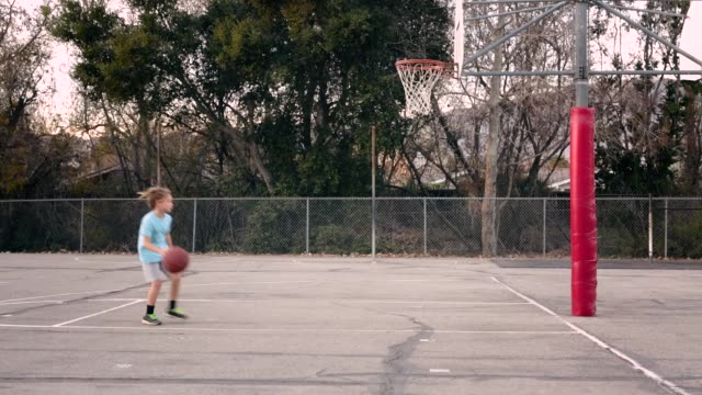 stockvideo's en b-roll-footage met kid basketball - bal