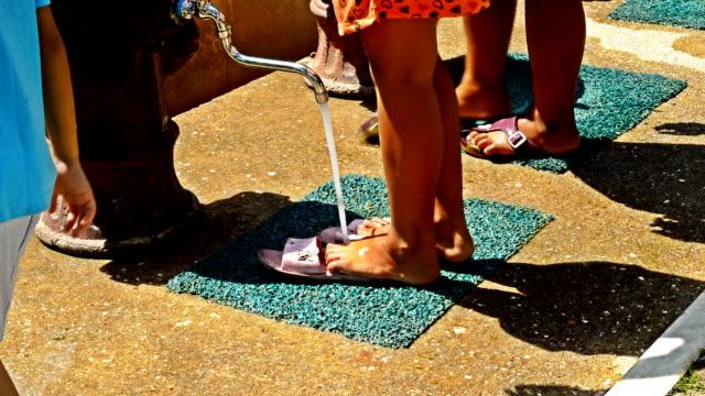 kid sauberen füße - kinder beim duschen stock-videos und b-roll-filmmaterial
