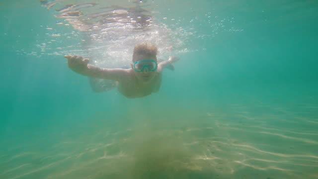 Kinder tauchen im Meer