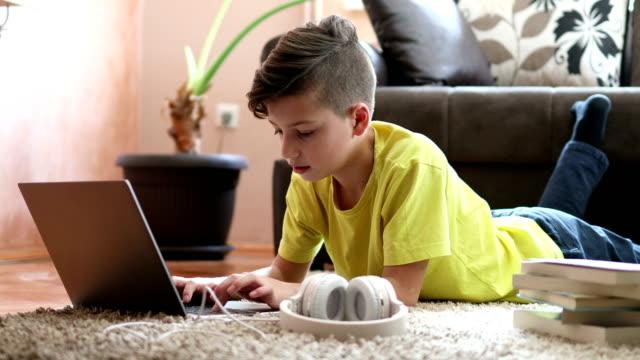 vídeos de stock, filmes e b-roll de garoto fazendo lição de casa com livros e laptop - meninos adolescentes
