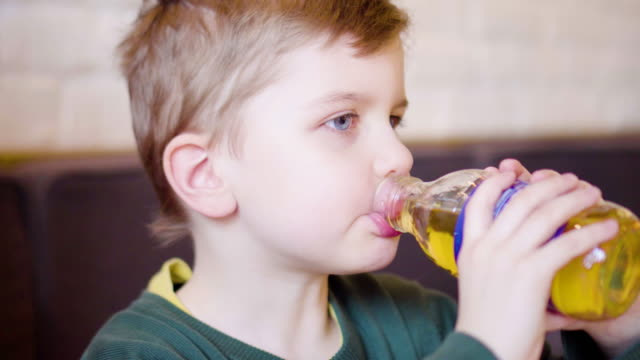 stockvideo's en b-roll-footage met kid drinken sap - sap