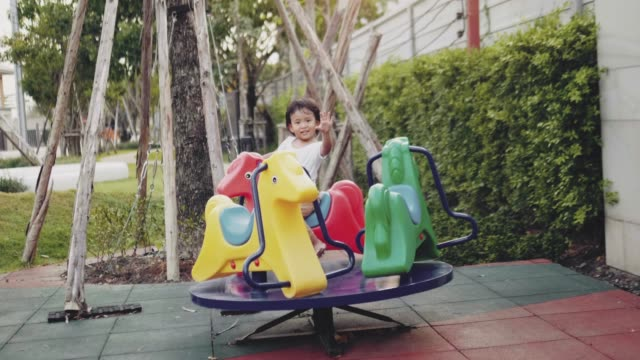 メリーゴーラウンドで楽しい子供 - 遊具点の映像素材/bロール