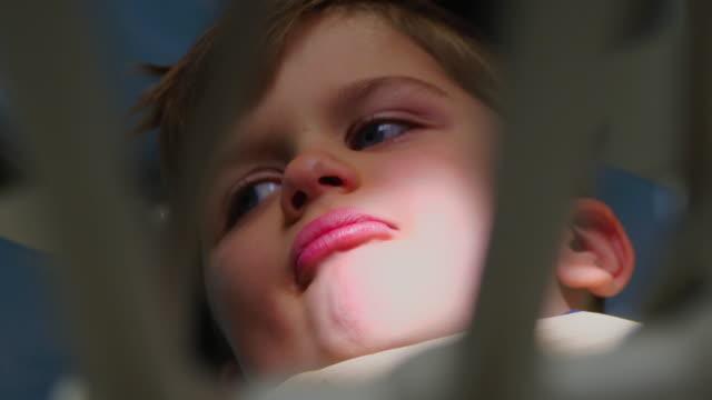 vídeos de stock, filmes e b-roll de criança no consultório odontológico - saúde dental