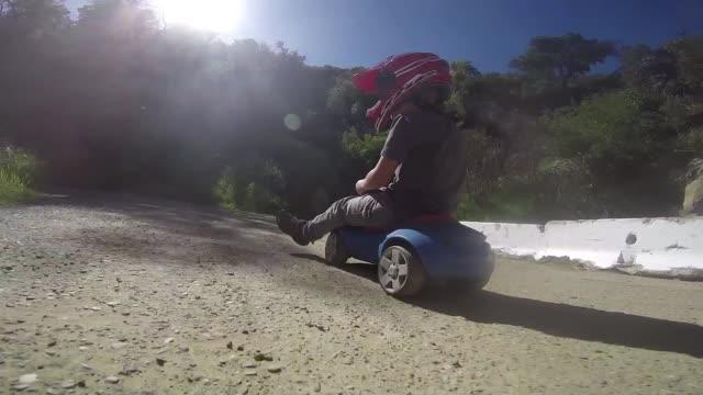 vídeos y material grabado en eventos de stock de kid on play car - juguete