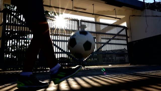 vídeos de stock e filmes b-roll de kid play football - praticar