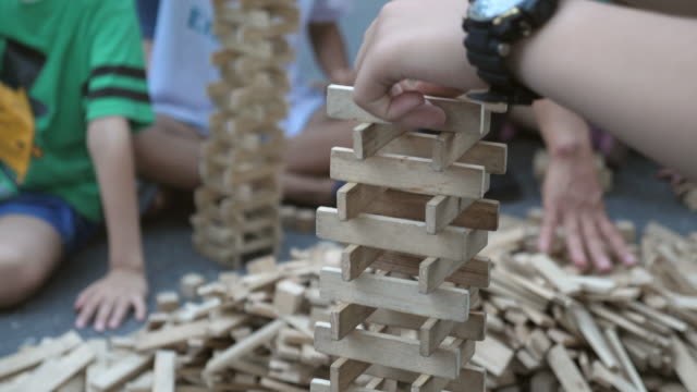 stockvideo's en b-roll-footage met kid playing tower building game - van vorm veranderen