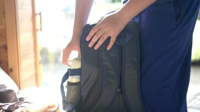 孩子準備水食堂,並把它放在背包上學前,生活方式的概念。 - 背囊 個影片檔及 b 捲影像