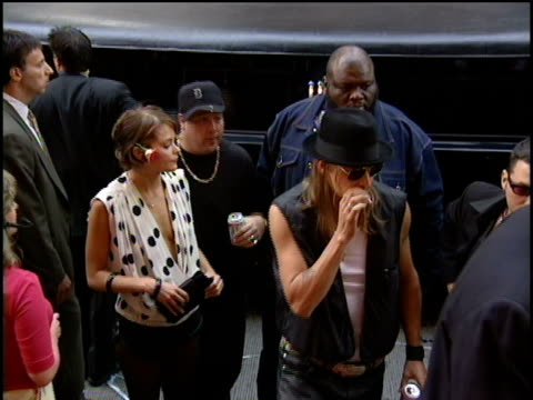 kid rock and jaime king arrive to the 2000 video music awards at radio city music hall. - kid rock stock videos & royalty-free footage