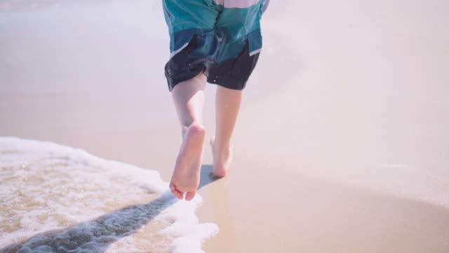 vidéos et rushes de gosse fonctionnant sur la plage - seulement des enfants