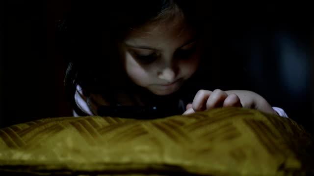 kid i hemlighet spela spelet i mörkret - computer game control bildbanksvideor och videomaterial från bakom kulisserna