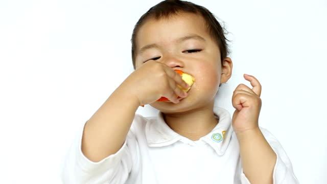 vidéos et rushes de kid presser le jus d'orange, accidentellement son nez - nez humain