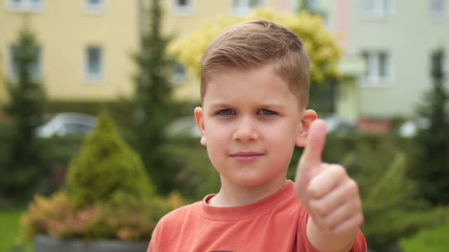 kid thumb up - solo un bambino maschio video stock e b–roll