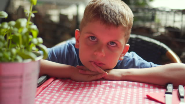 kid waiting for meal - aspettare video stock e b–roll