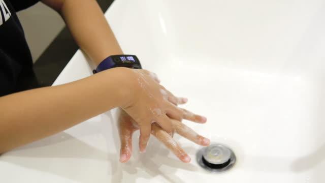 kid washing hand mit seifenspender. - hygiene stock-videos und b-roll-filmmaterial