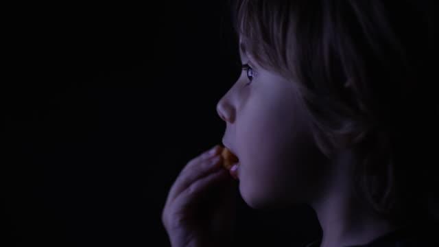 vídeos y material grabado en eventos de stock de kid watching television in the dark - watching tv
