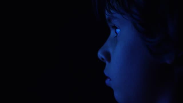 vídeos y material grabado en eventos de stock de kid watching television in the dark - embrujado