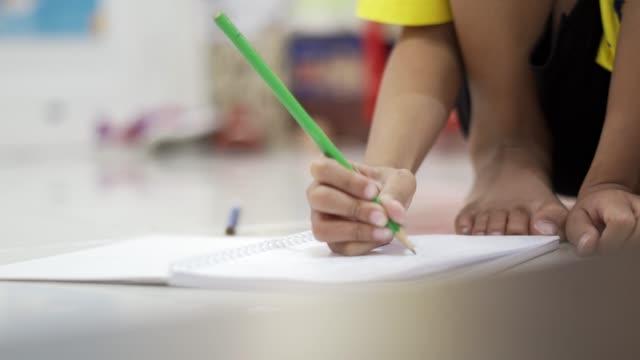 vidéos et rushes de le gamin écrit au crayon. - gomme