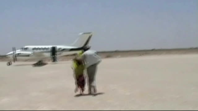 kidnapped british woman released by somali pirates somalia ext handover of british holidaymaker judith tebbutt and tebbutt running towards plane with... - アフリカの角点の映像素材/bロール
