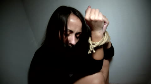vídeos de stock, filmes e b-roll de raptadas mulher - atado