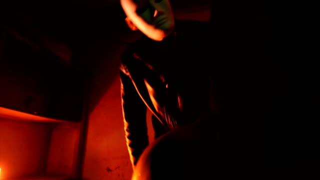 誘拐犯から怖がってダストバッグ離陸マンの頭をクローズ アップ - 誘拐事件点の映像素材/bロール