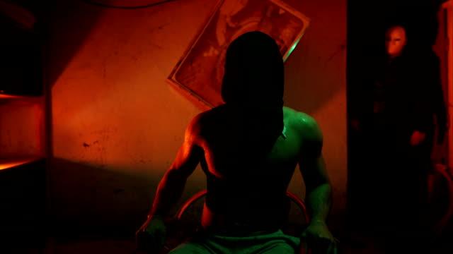 entführer ausziehen staubbeutel von entführt mans kopf - folter stock-videos und b-roll-filmmaterial