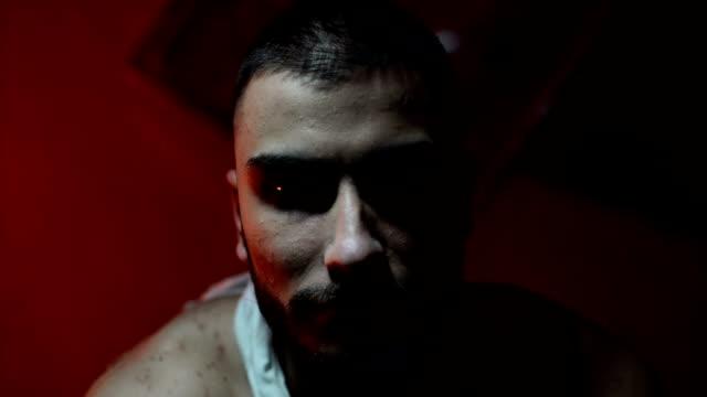 誘拐犯は、若い男を拷問します。 - 誘拐事件点の映像素材/bロール