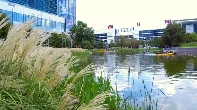 kids and people, enjoying the park. houston is a great place to spend a summer. it's a city of wonderful outdoor activities, world-class museums, and... - nicolas lisperguier stock videos & royalty-free footage