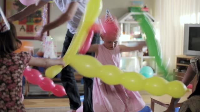vídeos de stock, filmes e b-roll de ms kids and two young adults enjoying in birthday party / santa monica, ca, united states    - balão decoração