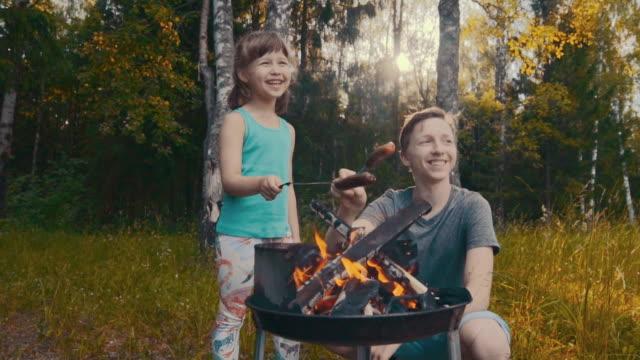 vidéos et rushes de les gosses font pique-niquer dans la forêt - picnic