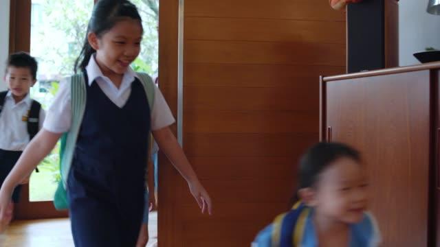 vídeos de stock e filmes b-roll de kids arriving home form school with their father - família com quatro filhos