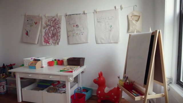 vidéos et rushes de ws kids' art in playroom / brooklyn, new york city, usa - dessin enfant