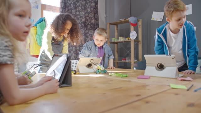 vídeos de stock, filmes e b-roll de kids build and design with construction toys at lesson - stem assunto
