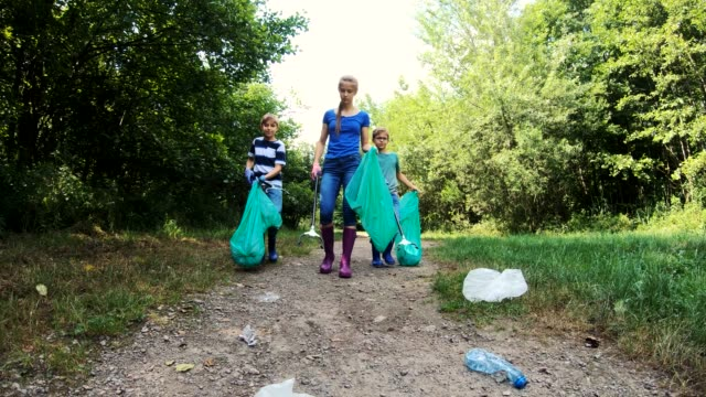 vídeos de stock e filmes b-roll de kids cleaning up the park - sustainable resources
