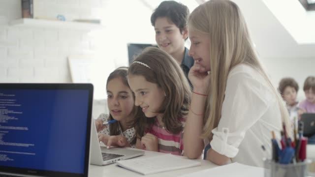 stockvideo's en b-roll-footage met kinderen codering - cursus