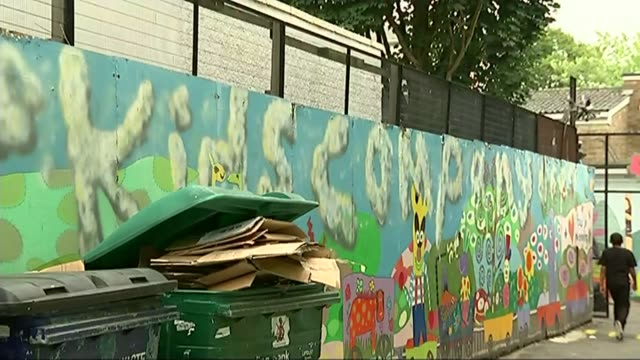vídeos y material grabado en eventos de stock de camila batmanghelidjh and alan yentob questioned by mps t06081515 / tx kids company mural on wall people outside kids company centre pull focus - alan yentob