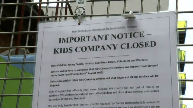 vídeos y material grabado en eventos de stock de camila batmanghelidjh and alan yentob questioned by mps t06081501 / tx poster 'important notice kids company closed' on fence outside kids company... - alan yentob